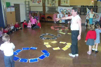 Kevin organising the children at Twerton Infants in July 2007